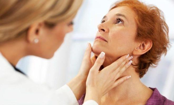 Эндокринолог обследует пациентку перед резекцией яичника