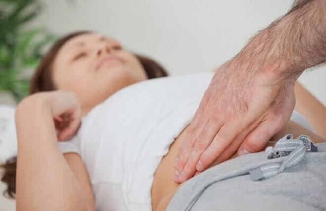 Врач проводит пальпацию органов малого таза у девочки-подростка