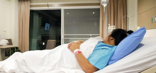 Женщина с аденомой яичника в больнице