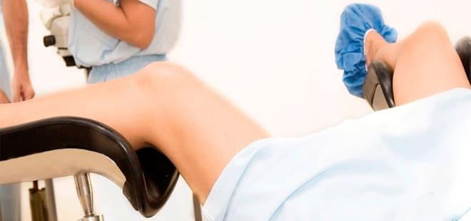 Осмотр пациентки на гинекологическом кресле при левосторонней апоплексии яичника