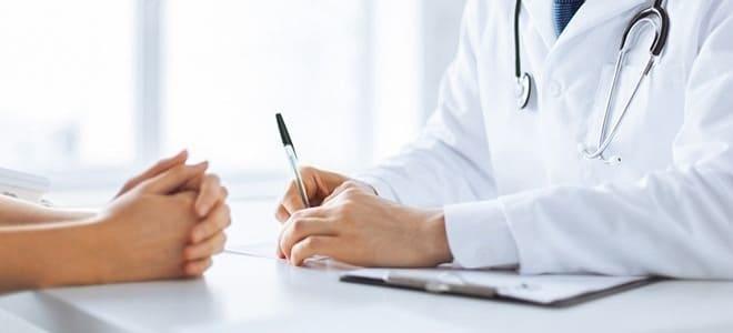 Нефролог консультирует пациентку при кальцинатах в яичниках