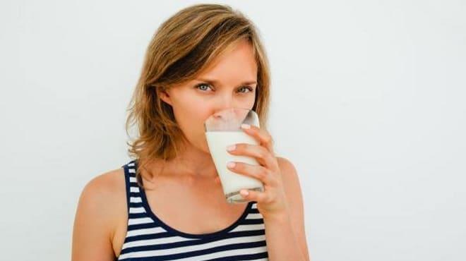 Девушка пьёт кефир после диагностической лапаротомии