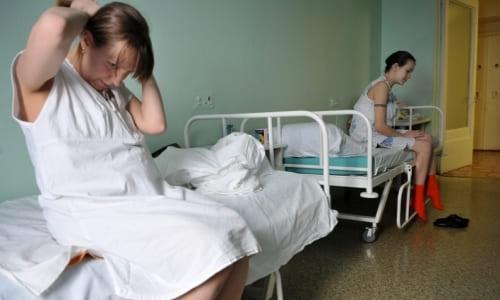 Женщина после диагностической лапароскопии