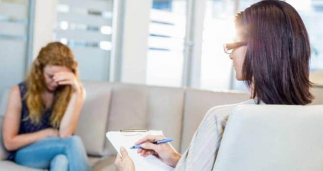 Врач опрашивает пациентку по поводу болей в яичниках