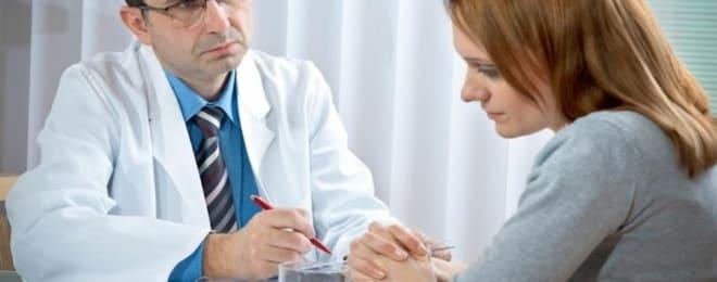 Женщина после удаления аденокарциномы на приёме у психотерапевта