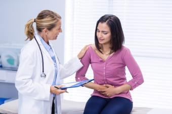 Пациентка с симптомами патологии у врача