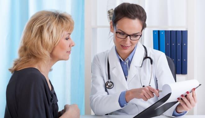 Женщина консультируется с врачом относительно медикаментов